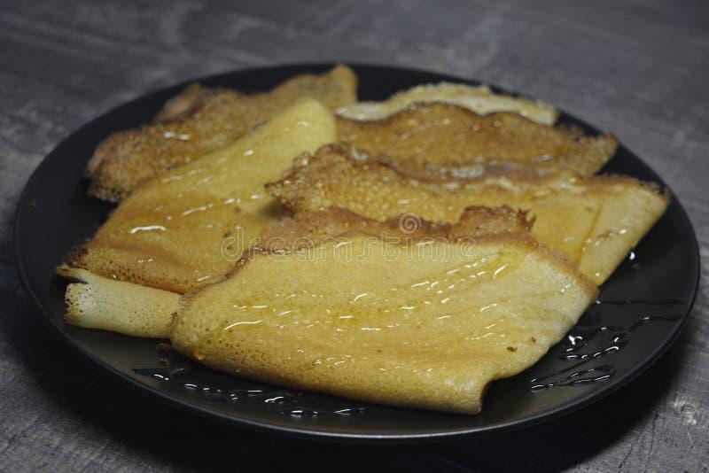 Russischer Pfannkuchen Blini, bliny mit Honig lizenzfreies stockfoto