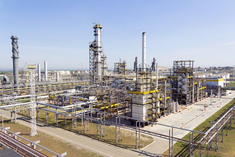 Russischer Raffineriekomplex am Sommertageslicht lizenzfreie stockbilder