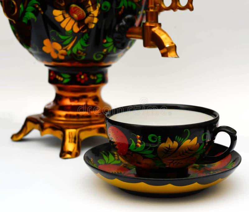 Russischer Samowar und eine Teeschale lizenzfreies stockfoto