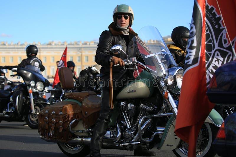 Russischer Schauspieler Alexander Ustyugov auf seinem indischen Hauptweinlesemotorrad unter anderen Radfahrern lizenzfreie stockfotografie