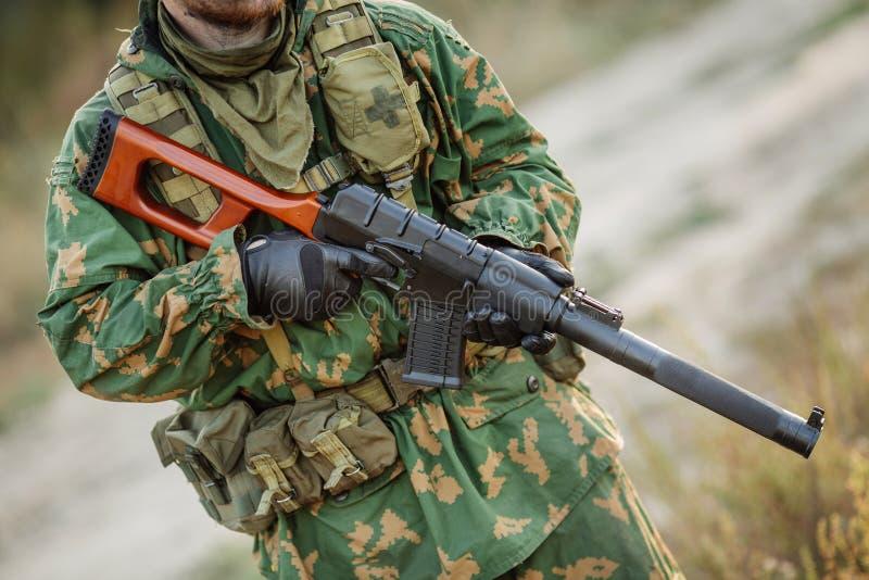 Russischer Soldat im Schlachtfeld mit einem Gewehr lizenzfreie stockbilder