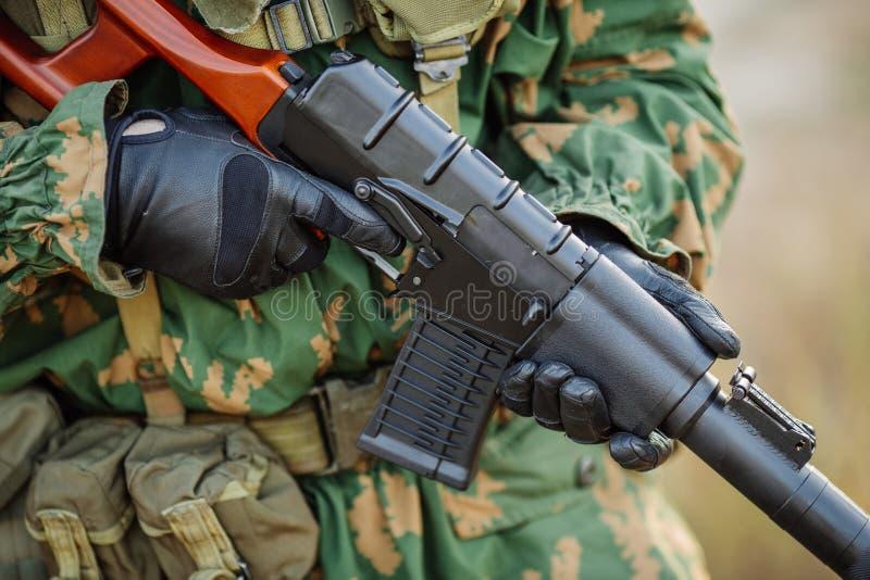 Russischer Soldat im Schlachtfeld mit einem Gewehr stockfotos