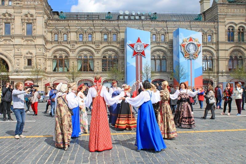 Russischer Volkstanz in den nationalen Kost?men auf rotem Quadrat in Moskau stockfotografie