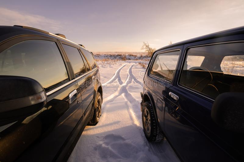 Russisches Auto nicht für den Straßenverkehr Lada Niva und Schwebeflug H3 Chinese SUV-Chinesischer Mauer lizenzfreie stockbilder
