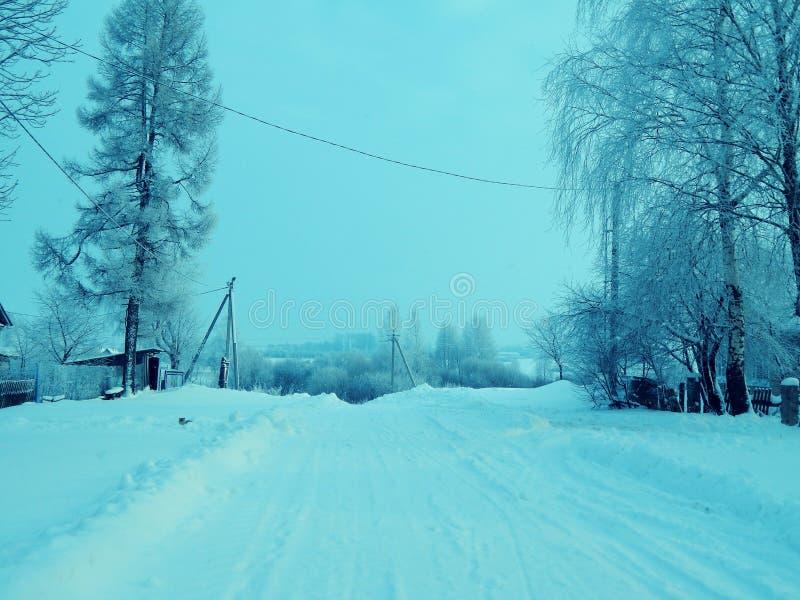 Russisches Dorf in der Wintersaison stockbild