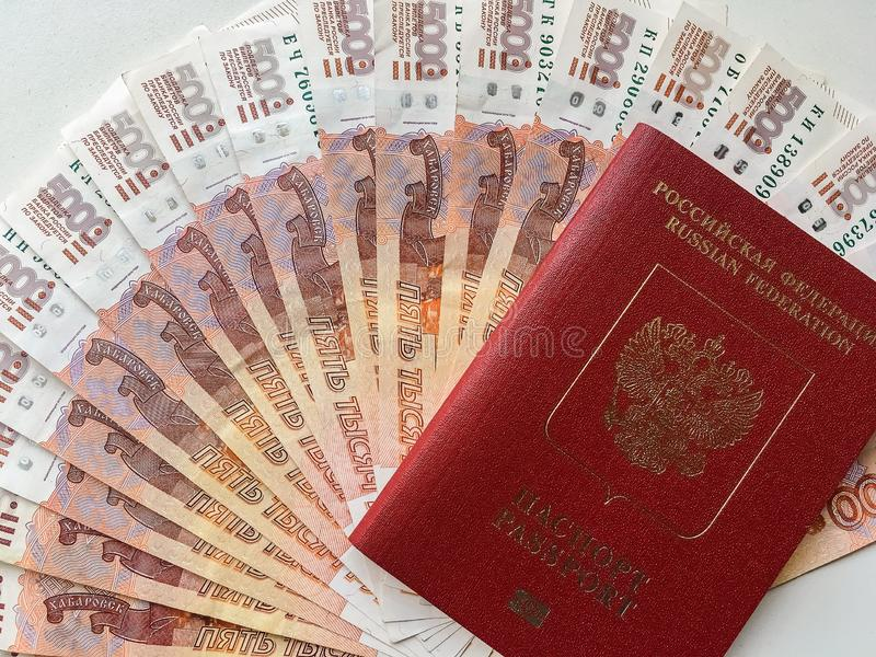 Russisches Geld und Pass auf einem grauen Hintergrund, Nahaufnahme lizenzfreie stockfotografie