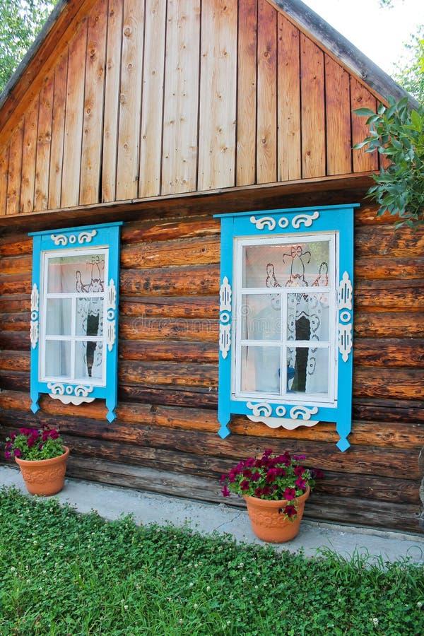 Russisches Holzhaus mit Windows lizenzfreies stockbild