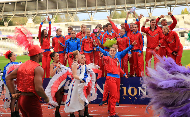 Russisches Leichtathletikteam feiern zweiten Platz auf internationalen Spielen DecaNation im Freien stockfoto