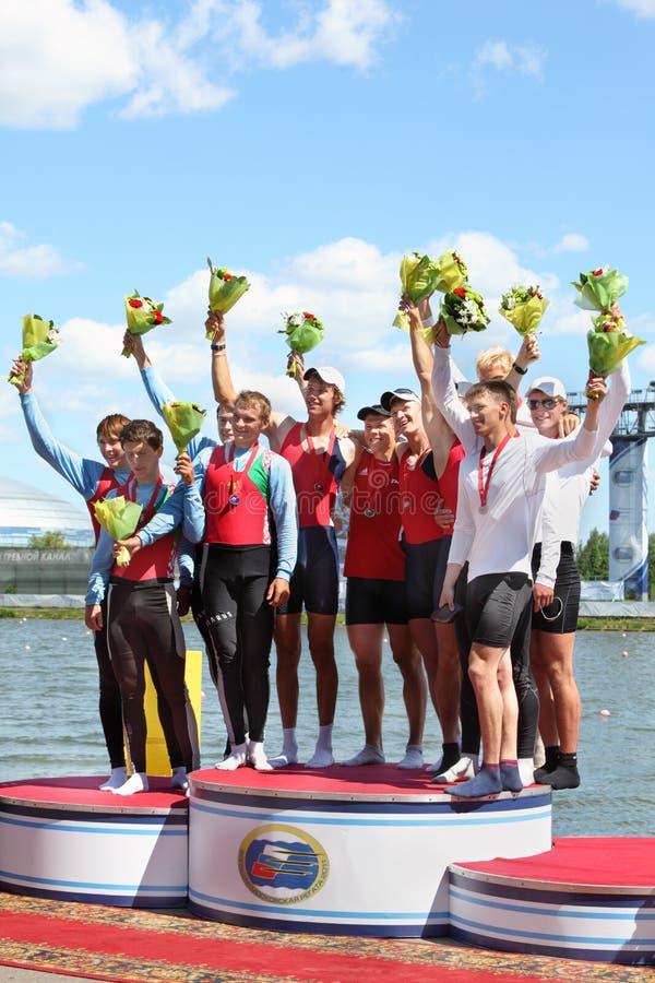 Russisches Mannteamrudersport mit Medaillen auf Bedienpult stockbilder