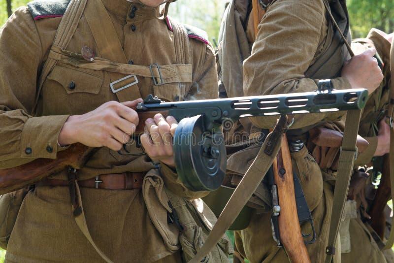 Russisches Maschinengewehr in den Händen eines Soldaten stockfotos