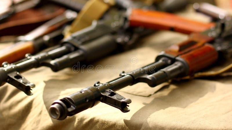 Russisches Maschinengewehrgewehr Terrorist-Weapons-Militär-Kalaschnikow backgroundAK-47 lizenzfreie stockfotografie