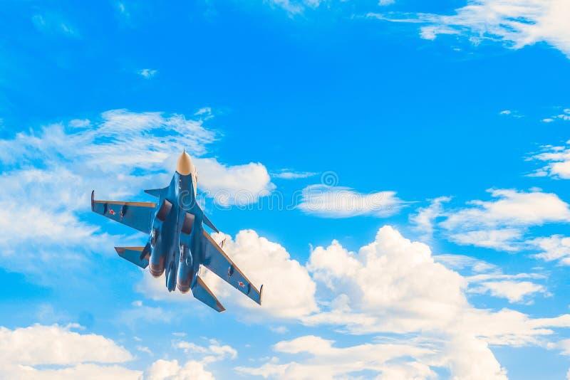 Russisches Militärdüsenjägerfliegen im blauen bewölkten Himmel lizenzfreies stockfoto