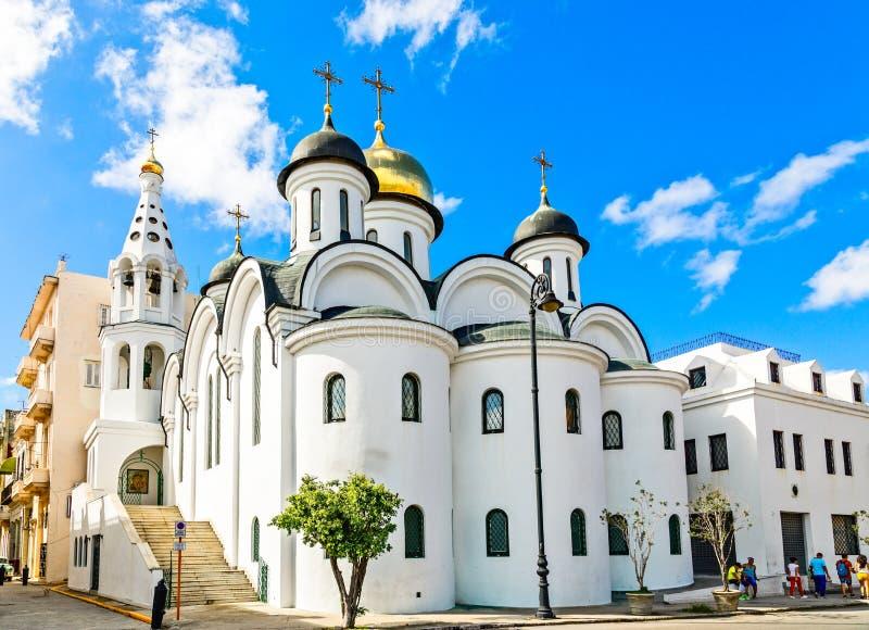 Russisches ortodox weiße Kirche mit Glockenturm auf der Straße von ol lizenzfreies stockbild