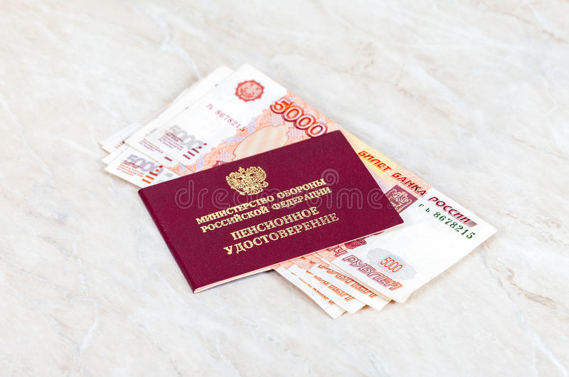 Russisches Rentenbezugzertifikat und -geld stockfoto