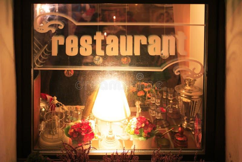 Russisches Restaurant-Fenster stockfotografie