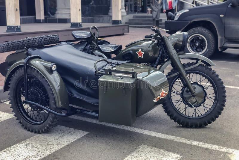 Russisches Retro- Motorrad URAL kakifarbig Moto während des zweiten Weltkriegs mit sowjetischen Symbolen lizenzfreie stockfotografie
