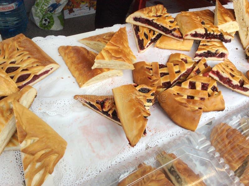 Russisches Torten pirogi für Verkauf in Moskau, Russland lizenzfreies stockfoto