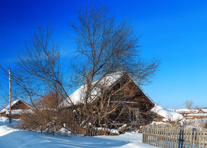 Russisches Winterdorf, Schnee, Sonne, Ural-Region, Shaytanka stockbild