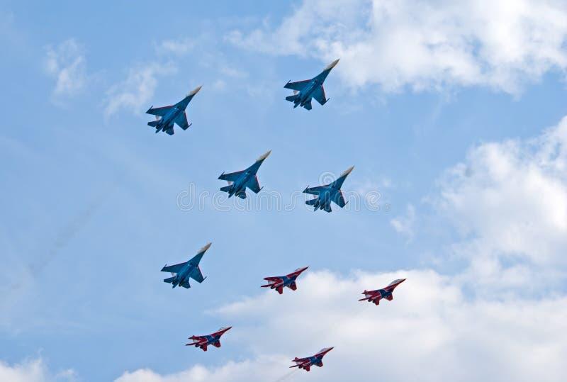 Russkie Vityazi和Strizhi小组一起飞行 库存照片