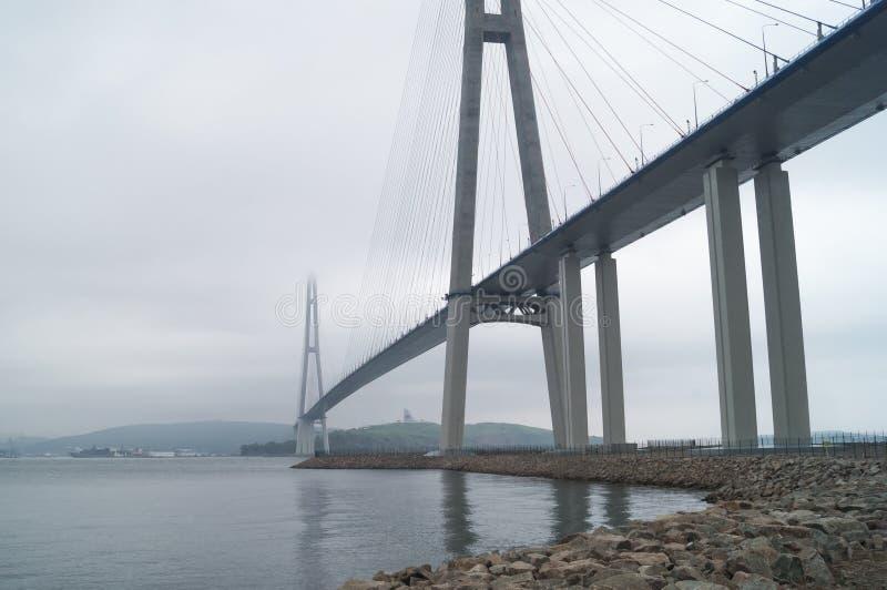 Russky桥梁俄国桥梁是横跨东Bosphorus的一座桥梁 eventing 库存照片