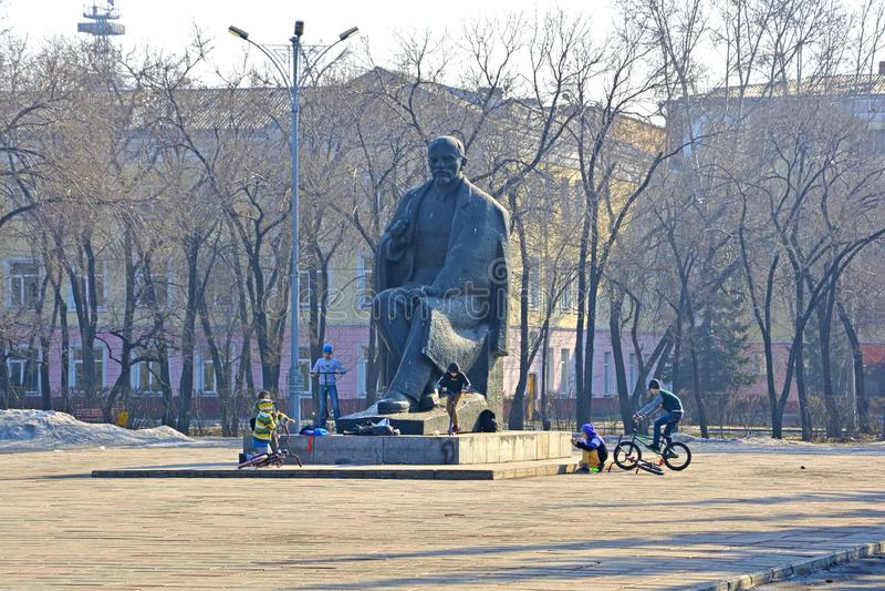 Russland, Abakan, Frühling 2019 Kinderspiel nahe dem Monument, im zentralen Platz der Stadt stockbild