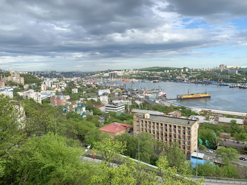 Russland, Ansicht der Stadt von Wladiwostok im Frühsommer glättend Goldener Hupen-Schacht lizenzfreies stockfoto