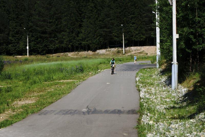 Russland - Berezniki am 15. Juli 2017: Familie und Kinder` s aktiver Betrieb, Radfahren, rollerblading lizenzfreies stockbild