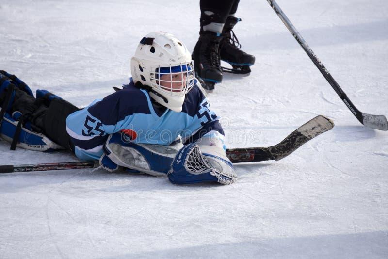 Russland Berezniki am 13. März 2018: Torhüter in der Aktion während des Spiels der Eishockey-Gruppe B gegen den Palast des Sports stockbilder