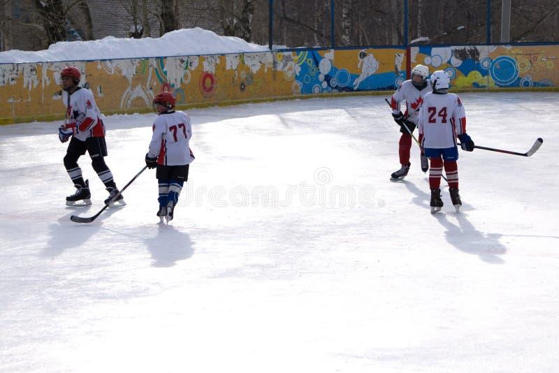 Russland Berezniki am 13. März 2018: unbekannte Hockeyspieler konkurrieren während des Spiels am Stadionsergebnis stockbilder