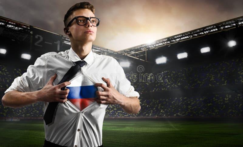 Russland-Fußball- oder -fußballanhänger, der Flagge zeigt stockfotos