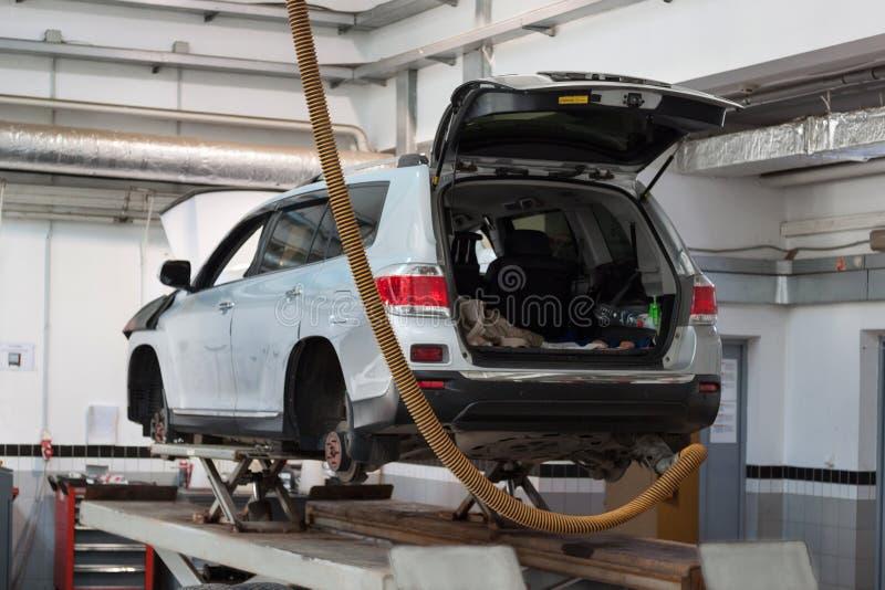 Russland, Izhevsk - 21. April 2018: Automobilwerkstatt Ersatz dreht herein das Auto stockbilder