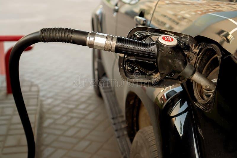 Russland, Kasan - 25. Mai 2019 Füllendes schwarzes Auto Tayota des Benzins stockfotografie