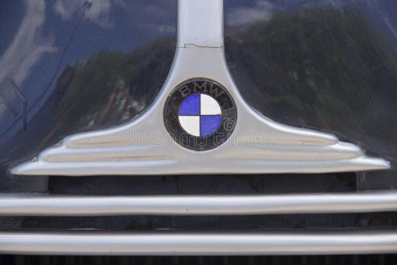 Russland, Krasnojarsk, im Juni 2019: die Haube des Retro- Autologos BMW stockbild