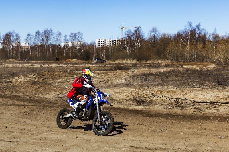 Russland, Moskau am 14. April 2018, Jugendliche reiten die Motorräder, redaktionell stockfotografie