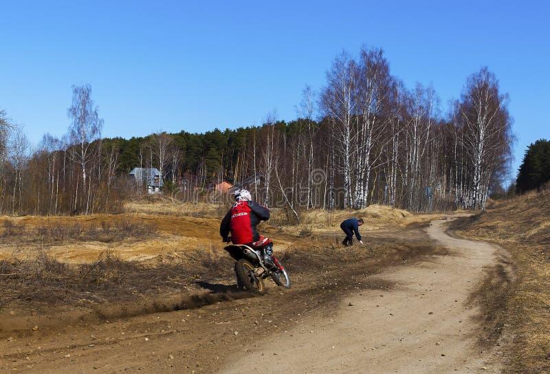 Russland, Moskau am 14. April 2018, Jugendliche reiten die Motorräder, redaktionell lizenzfreies stockbild
