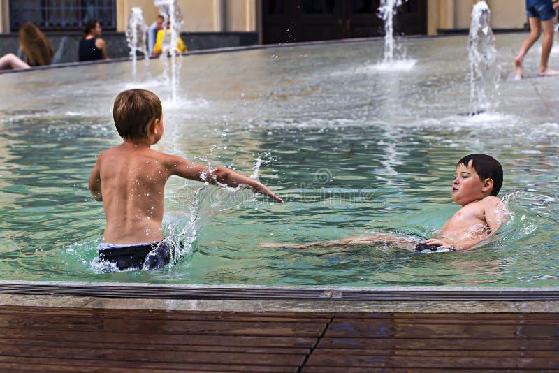 Russland, Moskau am 4. August 2018 Kinder, die im Stadtbrunnen, redaktionell schwimmen lizenzfreies stockbild