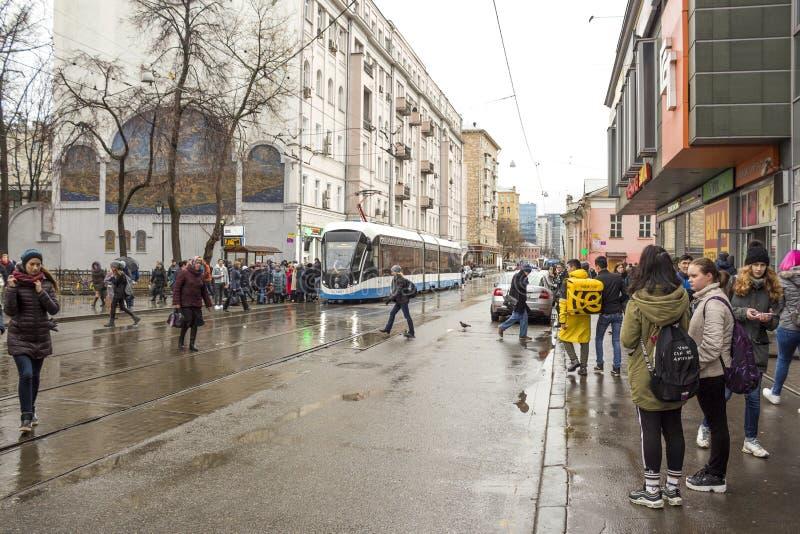 Russland, Moskau: Baumanskaya-Metro Station, Baumanskaya-Straße, Tram, Tramhalt, gedrängt lizenzfreie stockbilder