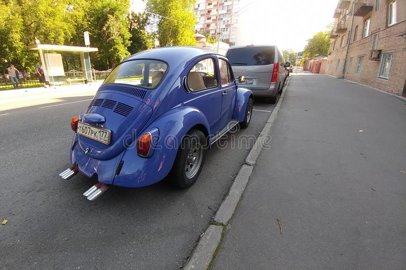 Russland, Moskau - 4. Mai 2019: Blaues Weinleseauto Volkswagen Beetle ( Volkswagen-Wanze, VW Kaefer) Parkrückseite lizenzfreie stockfotografie