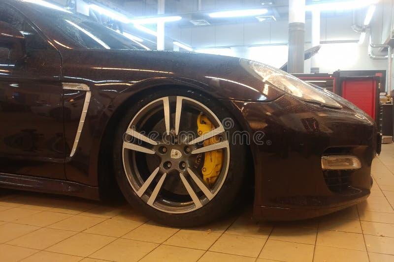 Russland, Moskau - 4. Mai 2019: Brown Porsche Panamera in der Service-Center Reparatur der pneumatischen Suspendierung Diagnosen  lizenzfreie stockfotos