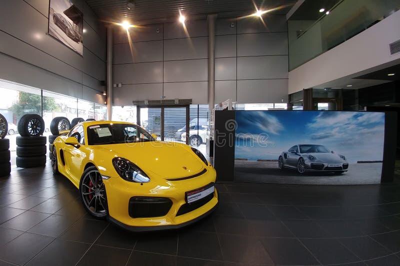 Russland, Moskau - 4. Mai 2019: Gelbes Porsche Cayman GT4 Rennwagen im H?ndlerausstellungsraum linke Seitenansicht der Front stockfoto