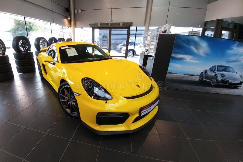 Russland, Moskau - 4. Mai 2019: Gelbes Porsche Cayman GT4 Rennwagen im H?ndlerausstellungsraum Linke und oben Seitenansicht der F lizenzfreie stockfotos