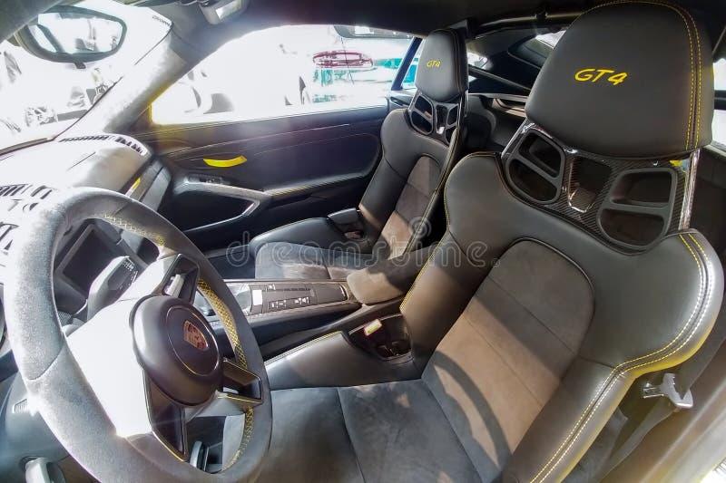 Russland, Moskau - 4. Mai 2019: Innenraum von gelbem Porsche Cayman GT4 Rennwagen im H?ndlerausstellungsraum Fahrerseite, Steueru stockbilder