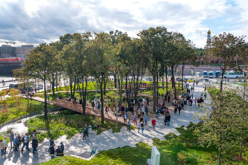 RUSSLAND, MOSKAU - 16. SEPTEMBER 2017: Herrliche Ansicht über den Kreml von neuem und modernem Zaryadye-Park in Moskau lizenzfreie stockbilder