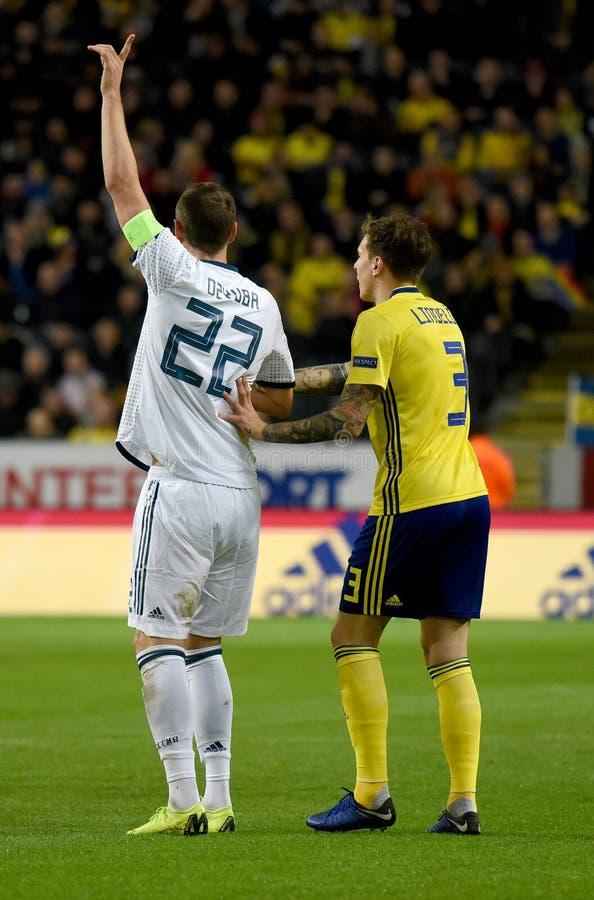 Russland-Nationalmannschaftsschlaggerät Artem Dzyuba und Schweden-Nationalmannschaftsspieler Victor Lindelof stockfoto