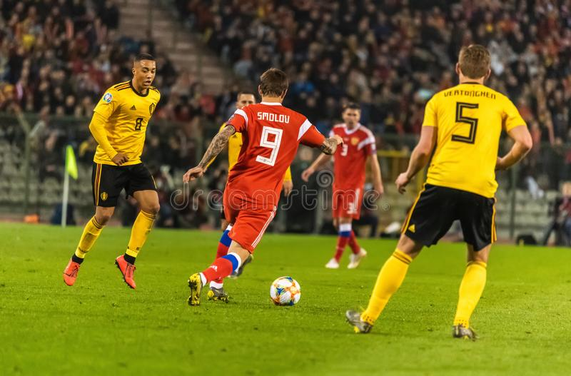 Russland-Nationalmannschaftsschlaggerät Fedor Smolov gegen Belgien-Mittelfeldspieler Youri Thielemans stockfoto