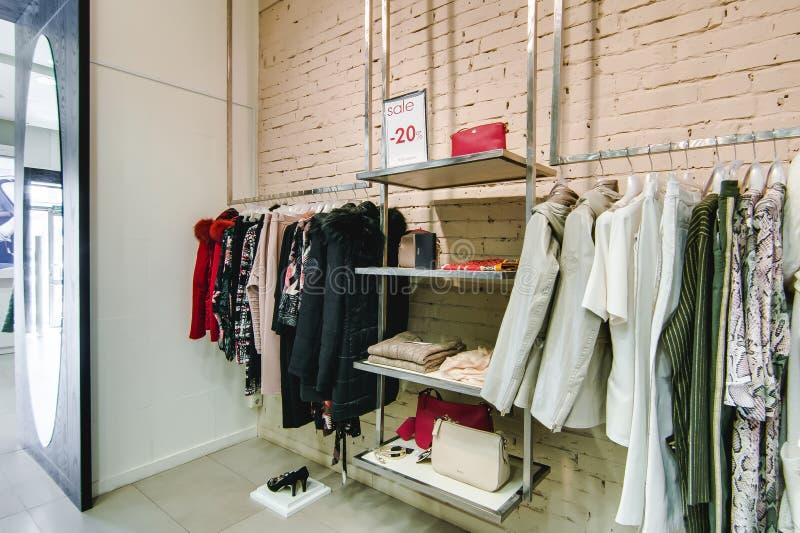 Russland, Nowosibirsk - 25. April 2018: Innenraum der Kleidungs und der Zusatzspeicherboutique EMPORIO der Frauen lizenzfreies stockbild