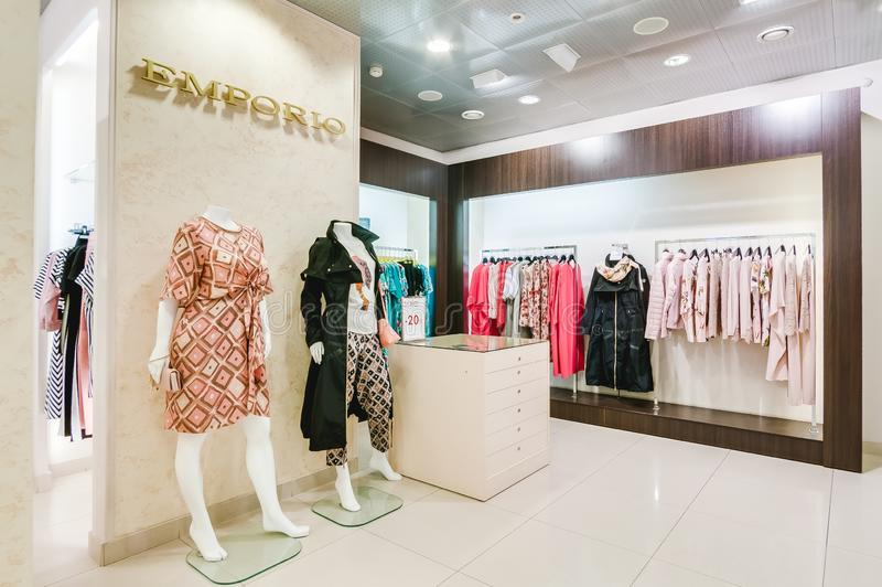 Russland, Nowosibirsk - 25. April 2018: Innenraum der Kleidungs und der Zusatzspeicherboutique EMPORIO der Frauen lizenzfreie stockfotos