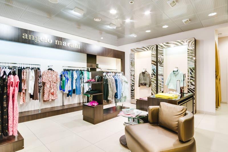 Russland, Nowosibirsk - 25. April 2018: Innenraum der Kleidungs und der Zusatzspeicherboutique EMPORIO der Frauen lizenzfreie stockbilder