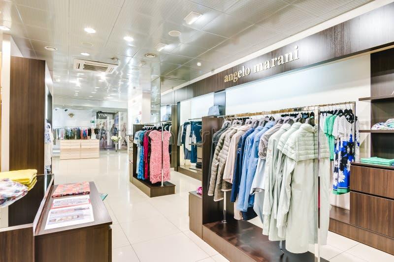 Russland, Nowosibirsk - 25. April 2018: Innenraum der Kleidungs und der Zusatzspeicherboutique EMPORIO der Frauen lizenzfreie stockfotografie