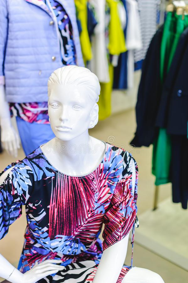 Russland, Nowosibirsk - 25. April 2018: Innenraum der Kleidungs und der Zusatzspeicherboutique EMPORIO der Frauen lizenzfreies stockfoto